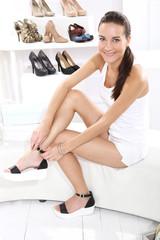 Zakupy w butiku, Kobiety kupują buty