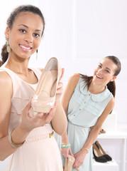 Sklep obuwniczy. Kobiety kupują buty