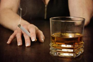 femme buvant alcool et fumant
