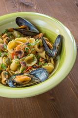 Orecchiette con cozze, capperi e acciughe, cucina mediterranea