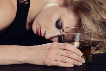 femme buvant alcool