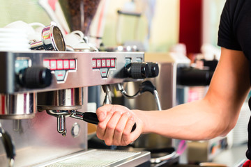 Barista macht Espresso an Kaffeemaschine
