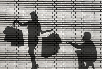 shoppeuse et mendiant