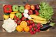 Gesunde Ernährung Obst und Gemüse in Kiste von oben