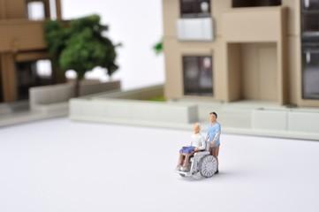 車椅子に乗っている高齢者と都市生活