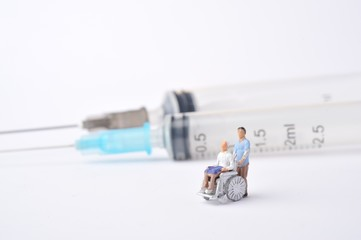 車椅子の患者と医療器具
