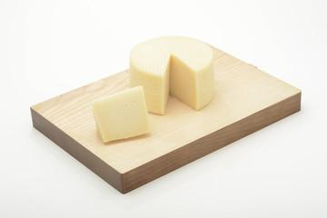 Queso cortado en una tabla