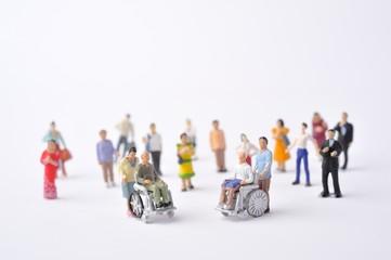 ミニチュアの人形と車椅子の生活