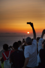 Foto con telefonino al tramonto