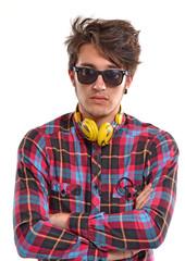 Disc jockey. Joven escuchando música con audífonos.