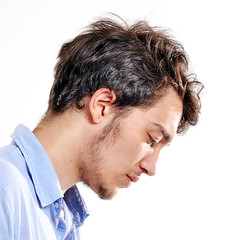 Retrato de un hombre pensando.deprimido,triste.