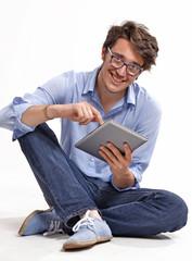 Hombre joven informalidad en el trabajo.tablet digital