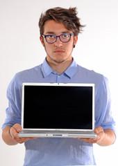 Hombre joven mostrando la pantalla de un ordenador portátil.