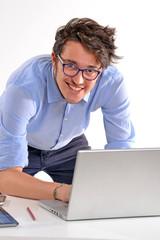 Joven ejecutivo optimista trabajando en un ordenador,estudiante.