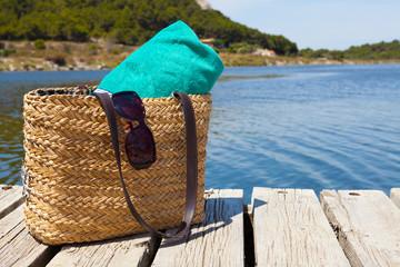 Strandtasche mit Badetuch am See