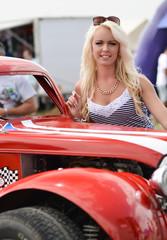 femme et voiture