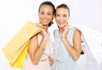 Kobiety z torbami na zakupy