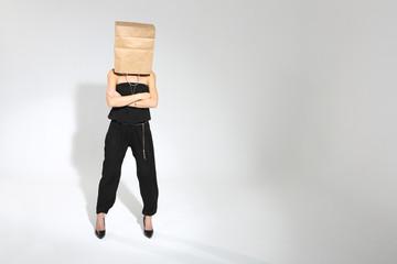 Kobieta z torbą na głowie