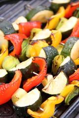 Gemüsespieße auf dem Grill im Hochformat