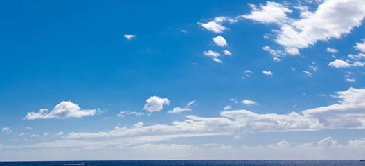 grand ciel de beau temps au-dessus de la mer
