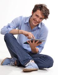 Hombre joven usando un tablet digital.tecnología.