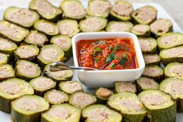 Anelli di zucchine ripiene di carne su un piatto