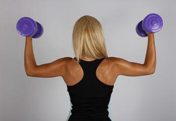 Mujer practicando pesas de espalda