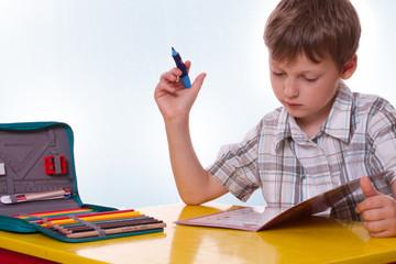 Schüler arbeitet an seinen Hausaufgaben, schreibt auf Papier