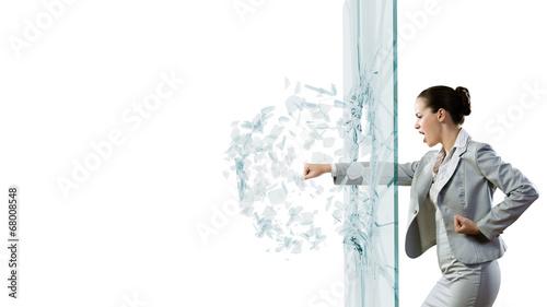 Kobieta łamie szkło