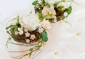 Festliche Tischdekoration in cremeweiß zur Goldenen Hochzeit