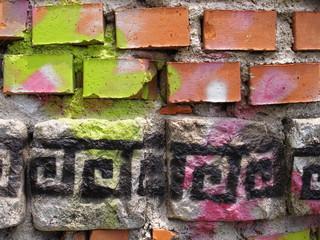 Graffiti auf Ziegelmauerwerk