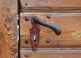 Holztür mit sehr alter Türklinke