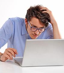 Viendo mis deudas en un ordenador.Preocupado,ansioso.