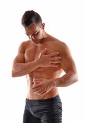Atleta masajeando pectorales,tocando cuerpo.