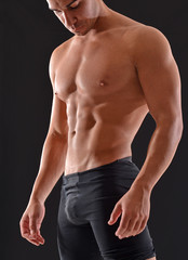 Musculoso hombre atleta deportista.