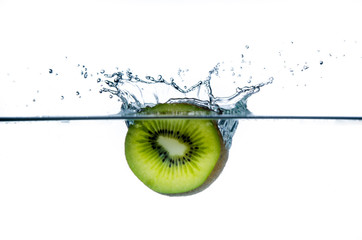 kiwi taucht ins wasser ein