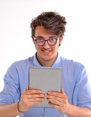 Hombre joven usando un tablet digital.