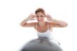 Junge hübsche Frau trainiert auf Gymnastikball