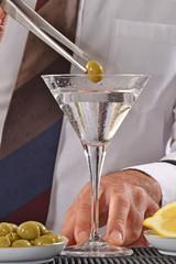 Barman preparando un Martini coctel.