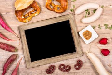 Tafel mit Textfreiraum und Weißwurst und Brezeln