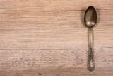 Alter Löffel aus Silber auf Holz