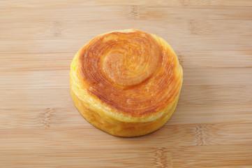 まな板にのせた 丸いパン 渦巻きパン