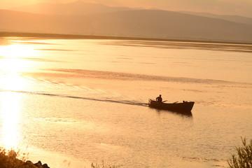 balıkçı teknesi işe giderken