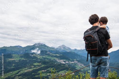 Poster padre con figlio montagna
