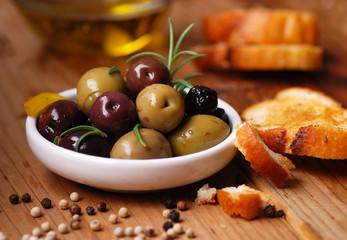 olive da tavola assortite nella ciotola bianca