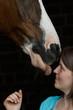 Pferd leckt Frau