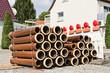 Gestapelte Rohre aus Ton neben einer Absperrbake mit Baulaternen