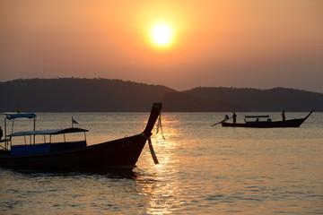 Puesta de sol en Ao Nang, Tailandia