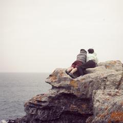 Turistas disfrutando de la naturaleza en una roca.