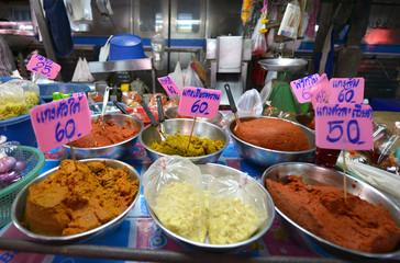 Especias en el mercado de Samut Sakhon, Tailandia
